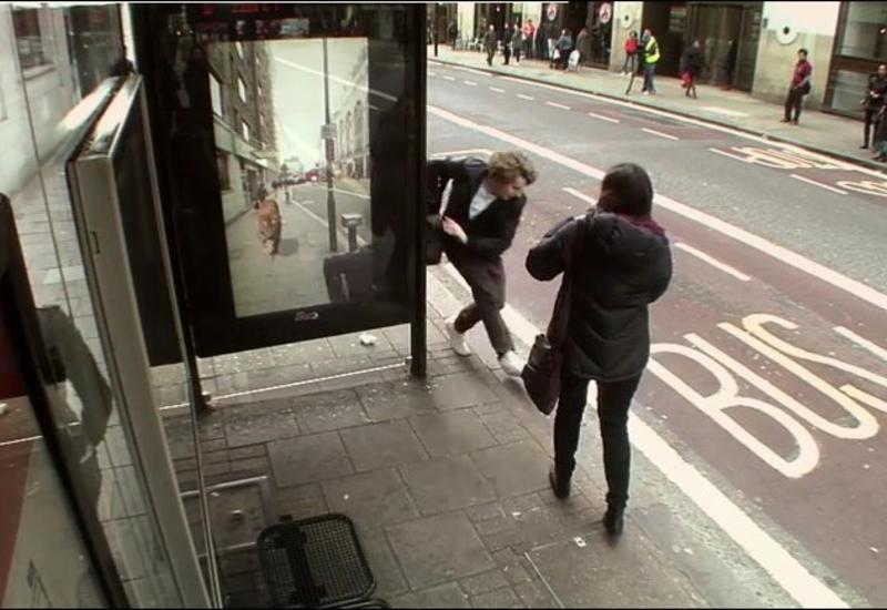 Креативный розыгрыш на автобусной остановке