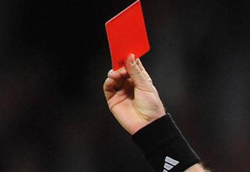Судья ударил футболиста и показал ему красную карточку