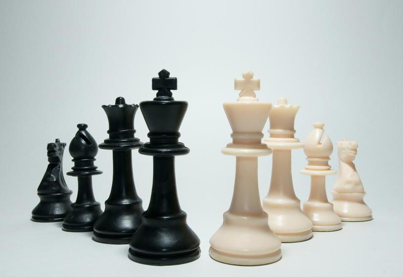 Азербайджанский шахматист празднует победу в Испании