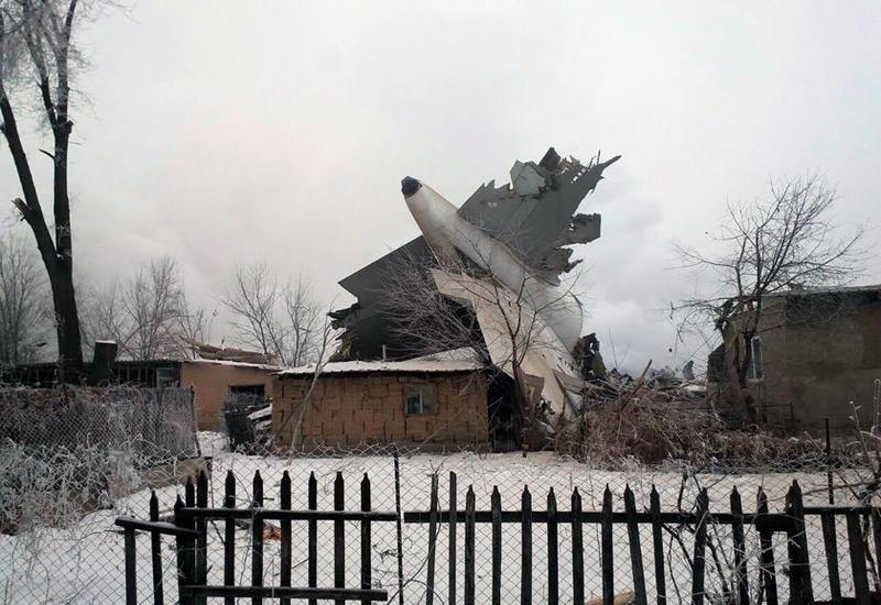 Люди ищут родственников на месте падения Boeing под Бишкеком