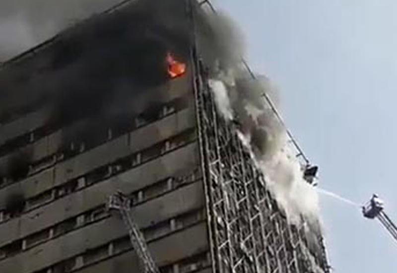 В Сети появились новые кадры обрушения горящей высотки на пожарных в Иране