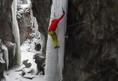 """Альпинист чудом уцелел, сорвавшись с замерзшего водопада <span class=""""color_red"""">- ВИДЕО</span>"""