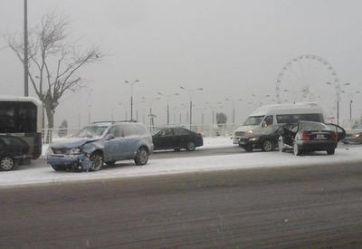 "Снег затруднил движение транспорта в Баку <span class=""color_red"">- ФОТО</span>"