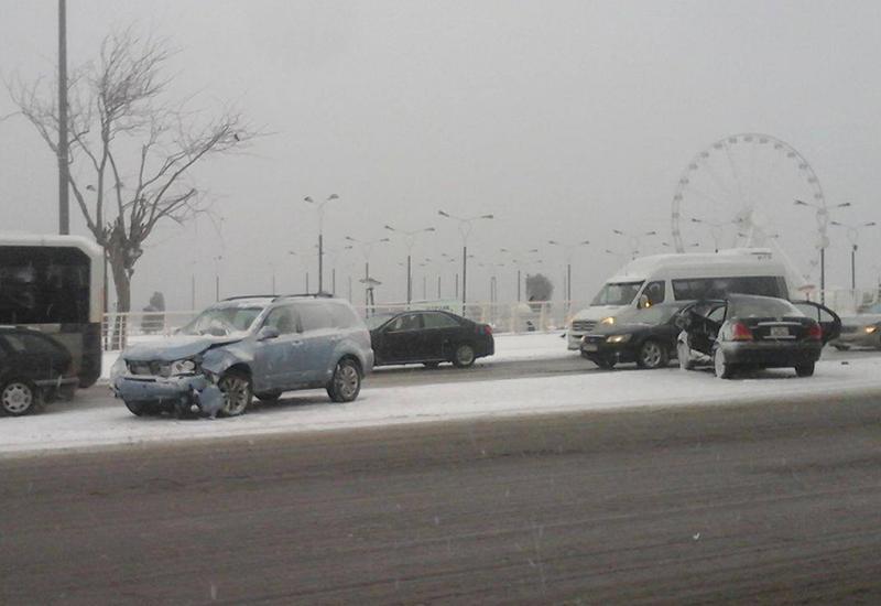 Снег затруднил движение транспорта в Баку