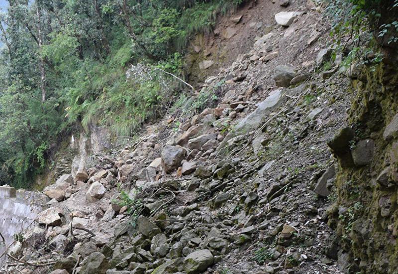 На оползневой территории в Бадамдаре проводятся работы по уменьшению земляной массы