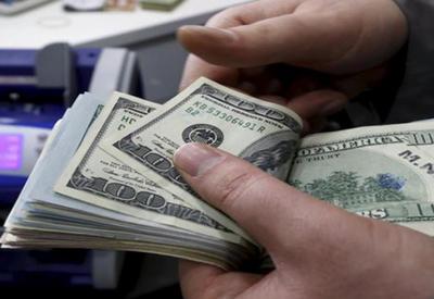 Азербайджанцы стали чаще покупать доллары