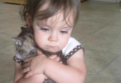 Малышке подарили котёнка. Только взгляните на её реакцию!