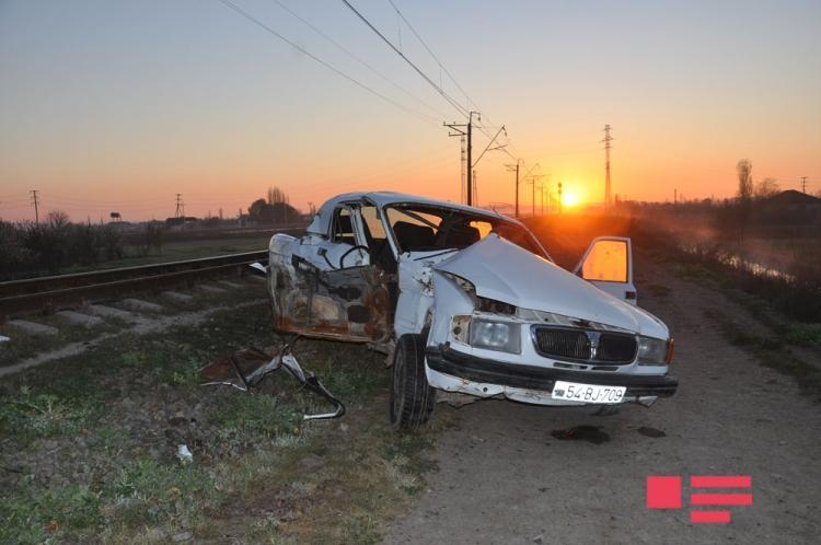 """В Сабирабаде поезд протаранил """"ГАЗ-31"""", есть погибшие и раненый"""