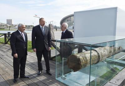 """Президент Ильхам Алиев ознакомился на месторождении """"Бибиэйбат"""" с первой в мире промышленной скважиной после реконструкции - ФОТО"""