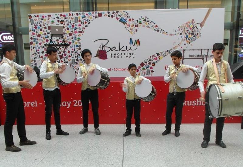Ансамбли нагаристов выступили для гостей Бакинского шопинг-фестиваля