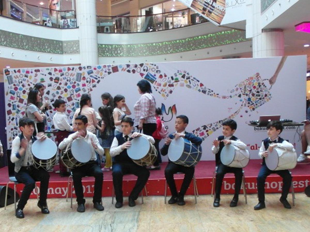 Азербайджанские артисты порадовали гостей Бакинского шопинг-фестиваля