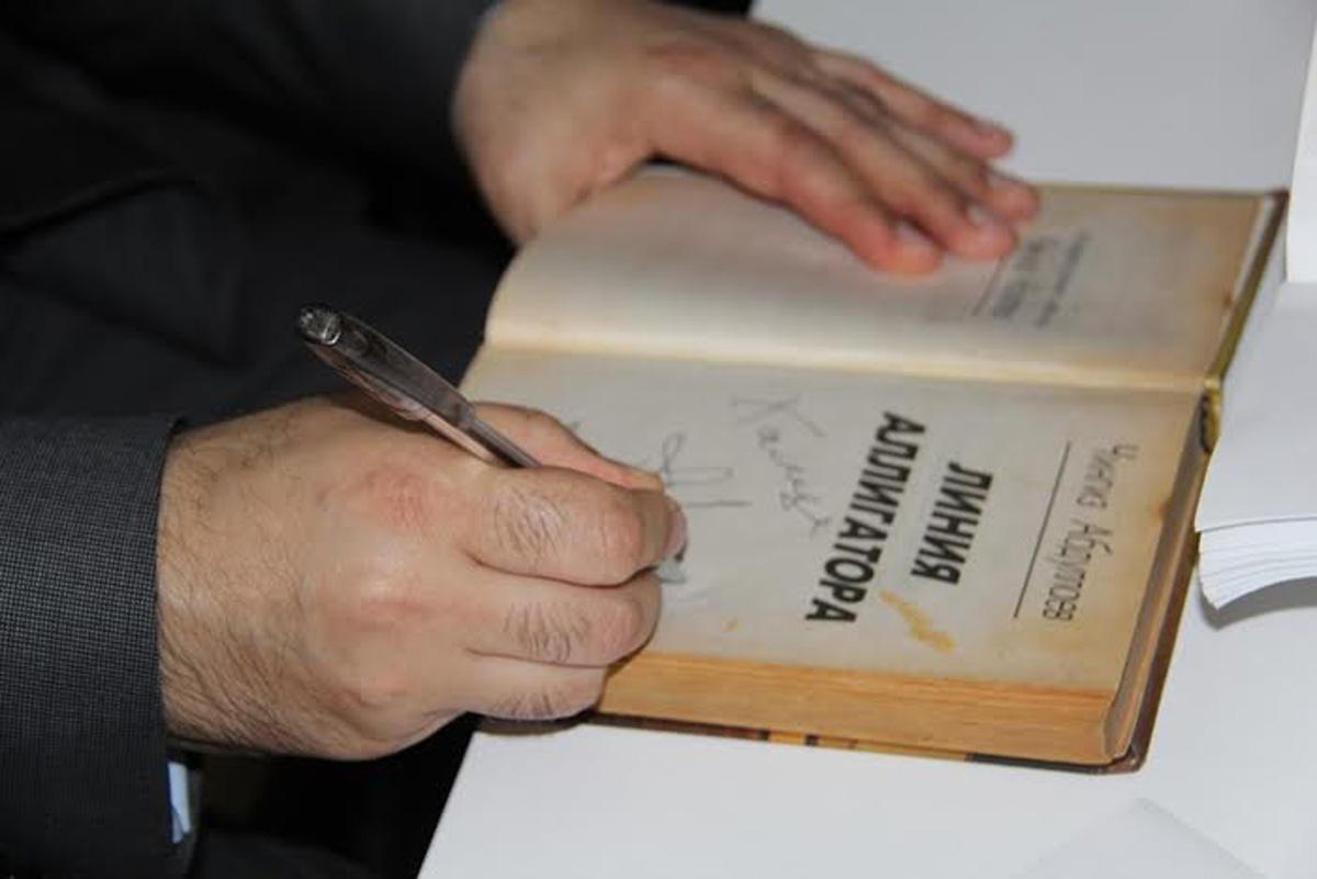 Чингиз Абдуллаев встретился c молодежью и провел автограф-сессию
