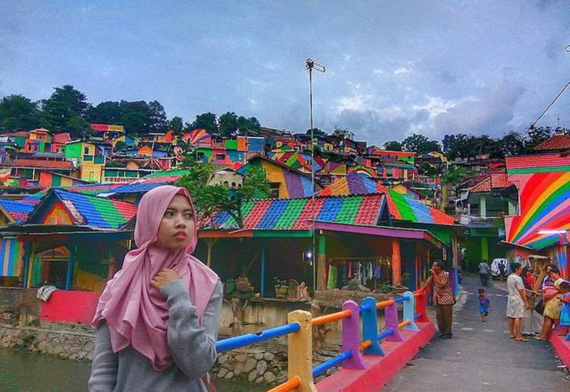 В Индонезии превратили унылый городок в восхитительную Радужную деревню для туристов