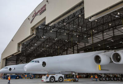 """Самый большой самолет в мире впервые покинул ангар <span class=""""color_red"""">- ВИДЕО</span>"""