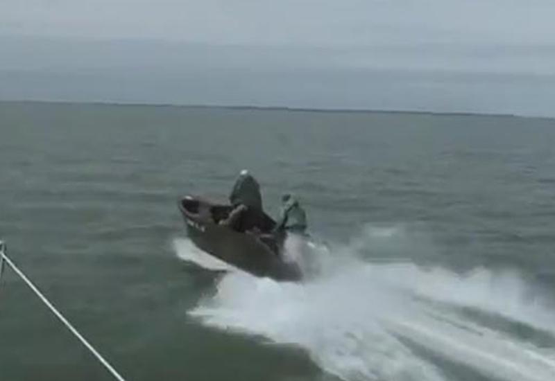 Браконьер выбросился в Каспийское море, чтобы спасти напарника и улов