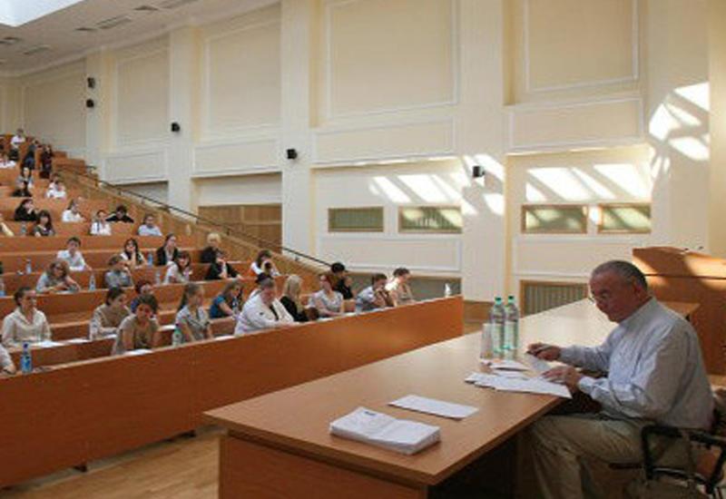 В Баку пройдет приемный экзамен для эвакуированных из-за пожара абитуриентов