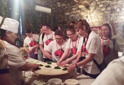 """В Баку туристов учат готовить кутабы <span class=""""color_red"""">- ФОТО</span>"""