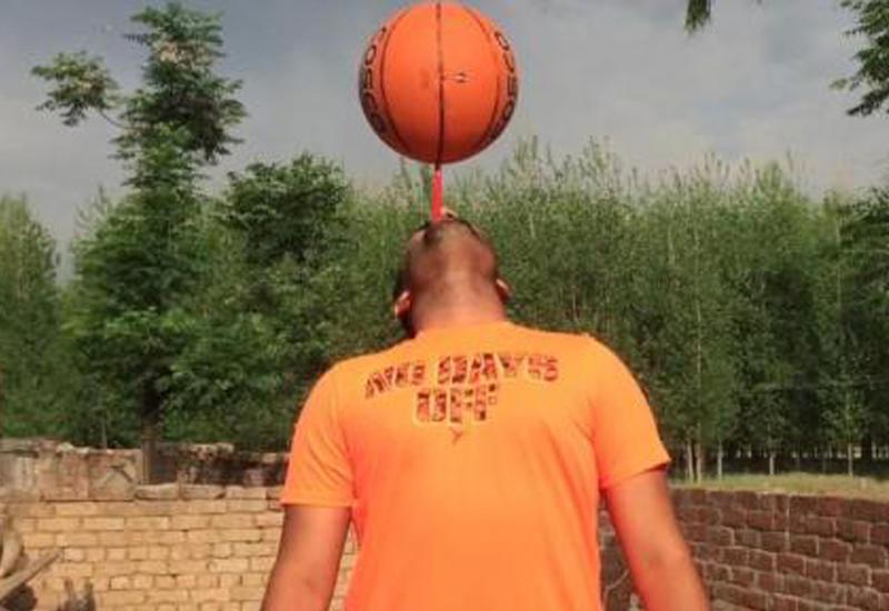 Индиец установил рекорд, прокрутив баскетбольный мяч на зубной щётке 53 секунды