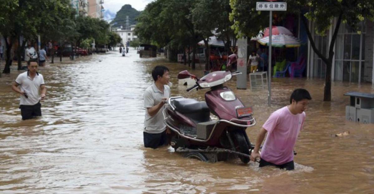Поменьшей мере 28 человек стали жертвами ливневых дождей вКитайской народной республике