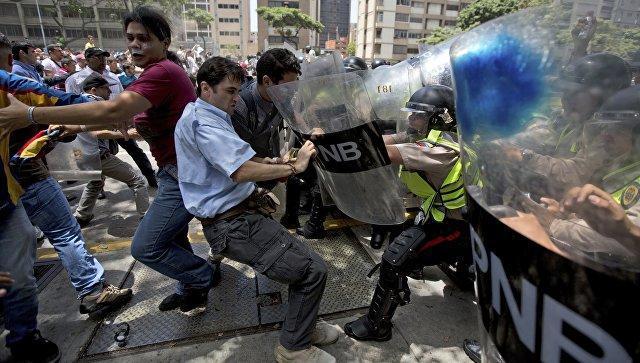 Вооруженные люди напали на клинику иштаб оппозиции вВенесуэле