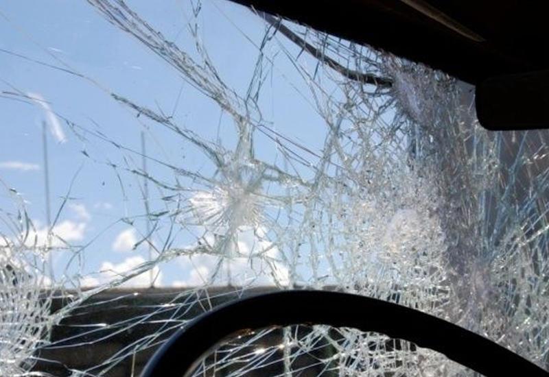 На трассе Баку-Газах перевернулся грузовик, есть пострадавший