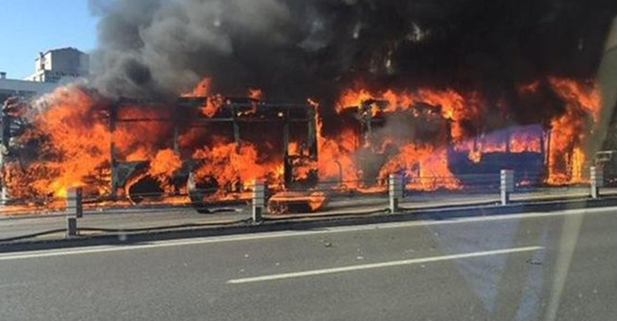 Автобус вспыхнул после столкновения с грузовым автомобилем вБаварии, 37 пострадавших