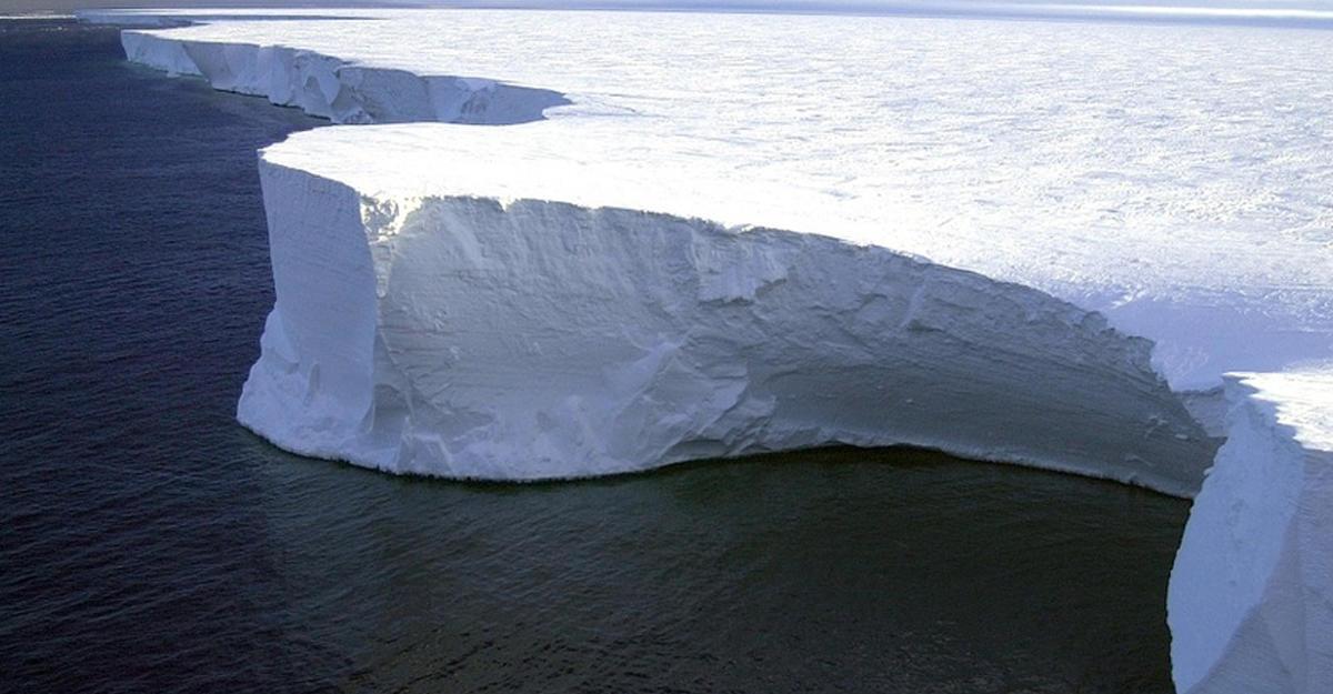 Спутники ЕКА засняли рождение огромного айсберга у берегов Антарктиды