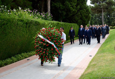 """Азербайджанские дипломаты посетили Аллею почетного захоронения и Аллею шехидов <span class=""""color_red"""">- ФОТО</span>"""