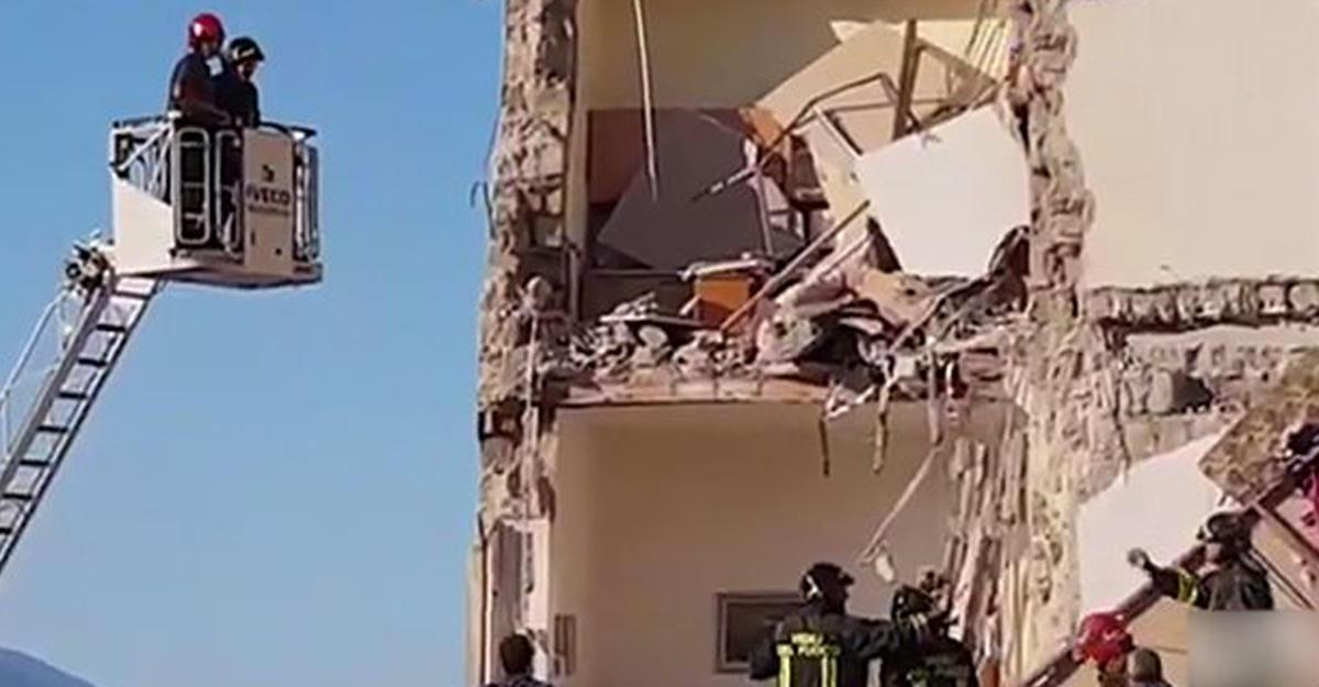 ВНеаполе обвалился дом. Под завалами находятся люди