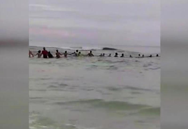 Героические посетители пляжа спасли чуть не утонувшую семью