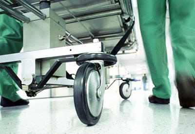 Klinikaya xəstə kimi gəldi, tibb işçisini qarət etdi