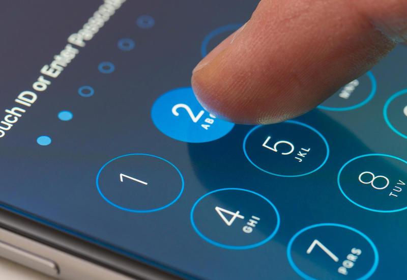 """Дающая хакерам """"угнать"""" iPhone уязвимость требует срочного обновления iOS"""