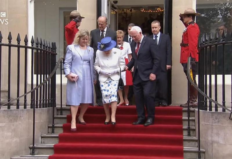 """Канадский губернатор дотронулся до Елизаветы II, нарушив международный протокол <span class=""""color_red"""">- ВИДЕО</span>"""
