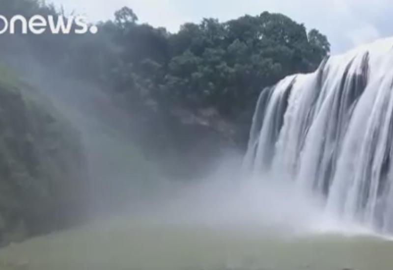 """Туристы стекаются к водопадам Китая, спасаясь от жары <span class=""""color_red"""">- ВИДЕО</span>"""
