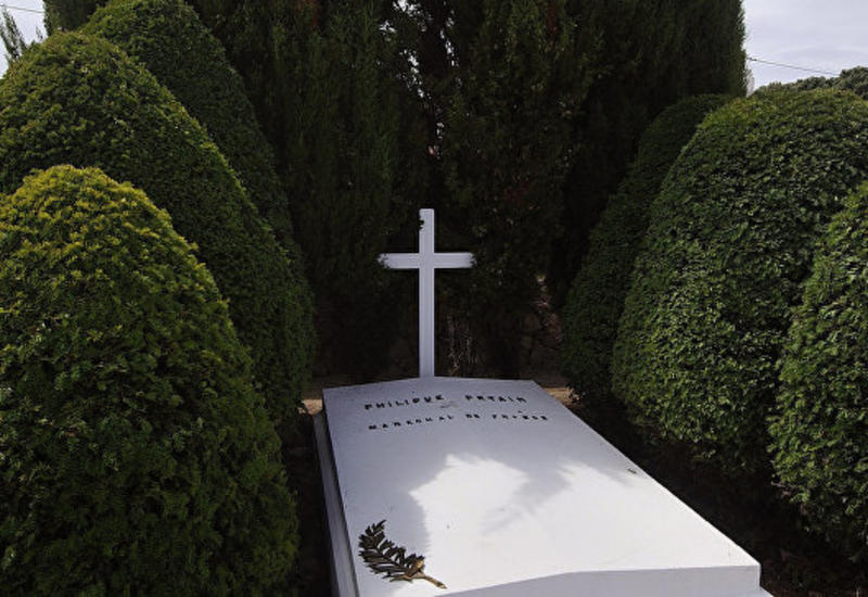 Вандалы разгромили могилу французского маршала Петена