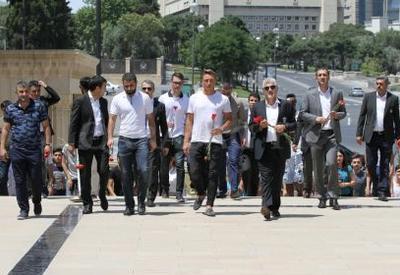 "Руководство, тренеры и игроки ""Карабаха"" посетили Аллею Шехидов <span class=""color_red"">- ФОТО</span>"