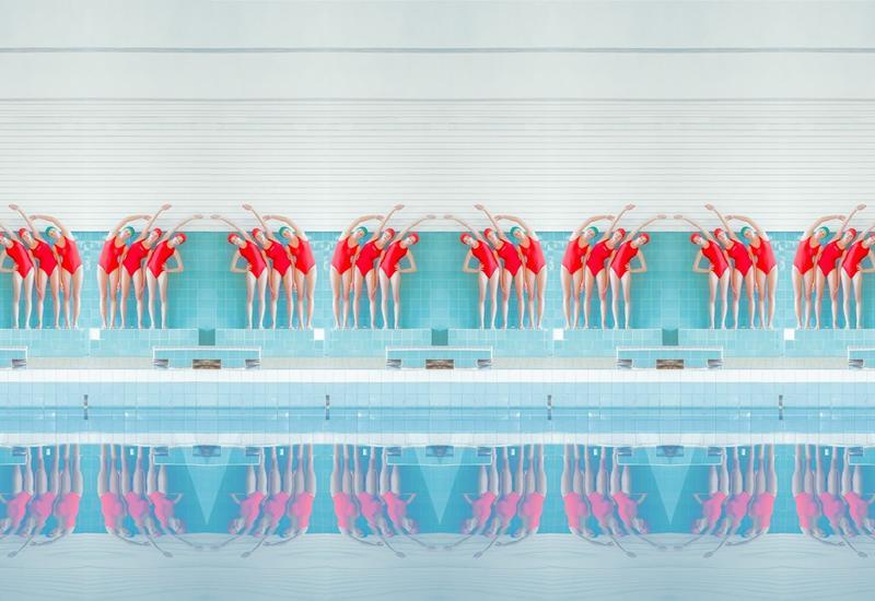 """В бассейне: серия фотоманипуляций Марии Сварбовой <span class=""""color_red"""">- ФОТО</span>"""