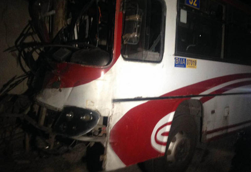 """В Баку автобус совершил аварию, есть пострадавший <span class=""""color_red"""">- ФОТО</span>"""
