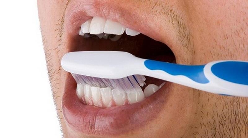 Чистить зубы и зубной налет