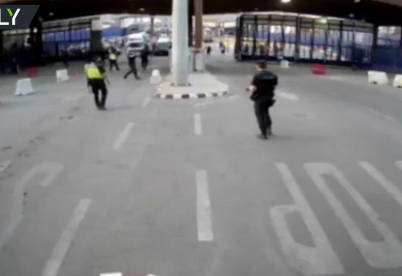 """В Испании мужчина напал с ножом на полицейских <span class=""""color_red"""">- ОБНОВЛЕНО - ВИДЕО</span>"""