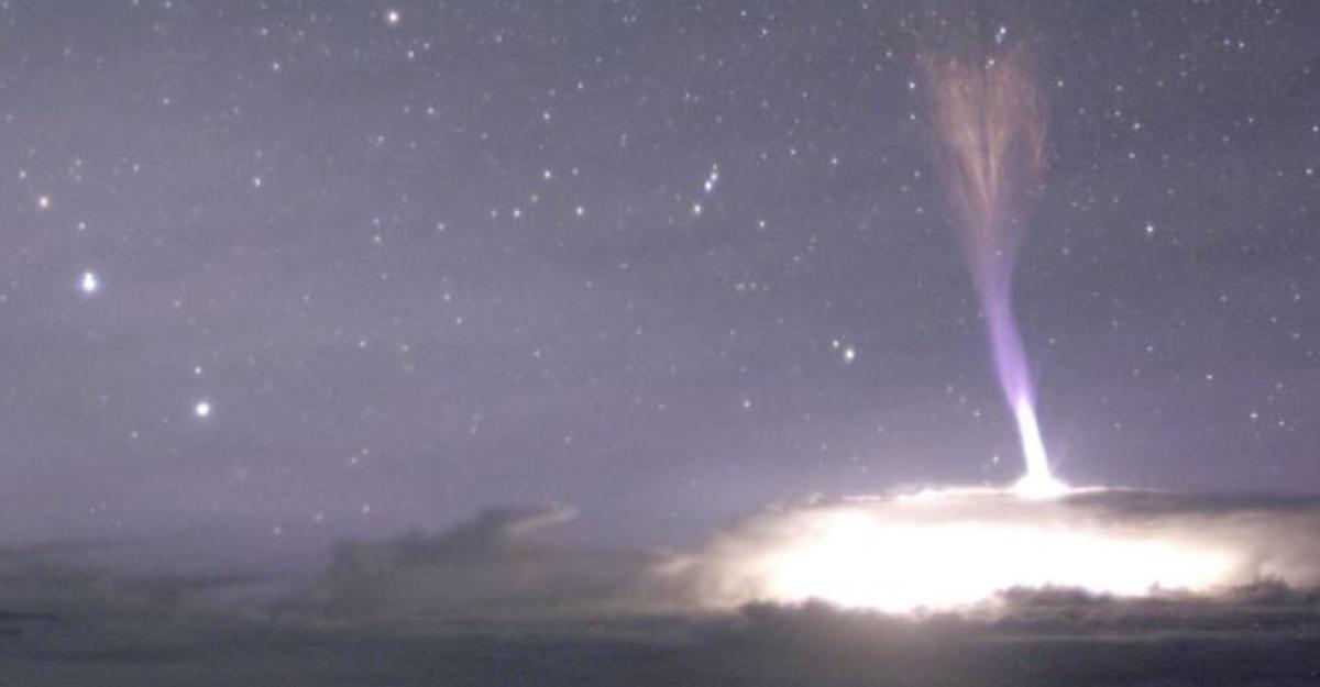 Аномальная 80-километровая молния поразила гору наГавайях