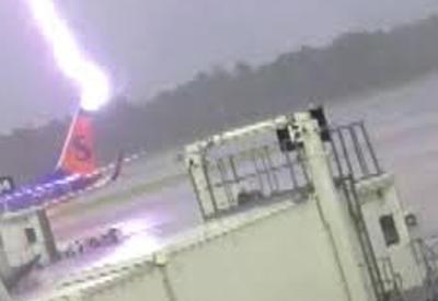 """Момент удара молнии в сотрудника американского аэропорта попал на камеры <span class=""""color_red"""">- ВИДЕО</span>"""