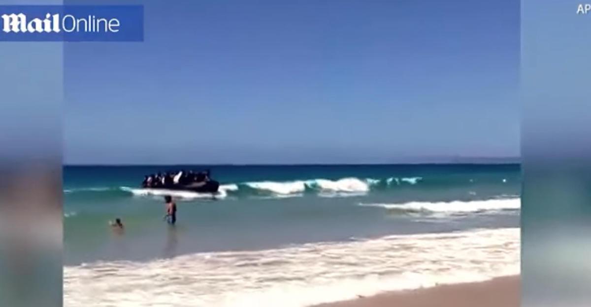 Беженцы изАфрики, прибывшие вИспанию поморю, шокировали отдыхающих на береге