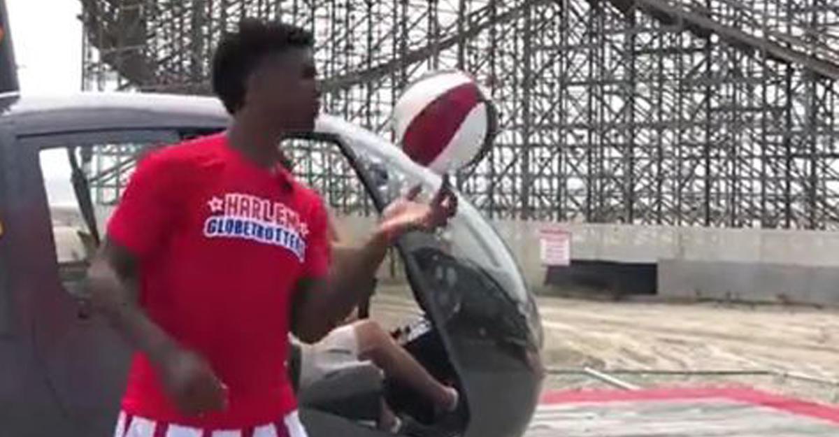Баскетболист забросил мяч вкольцо свертолета
