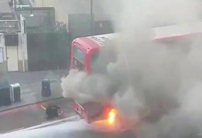 """В Лондоне загорелся двухэтажный автобус <span class=""""color_red"""">- ВИДЕО</span>"""