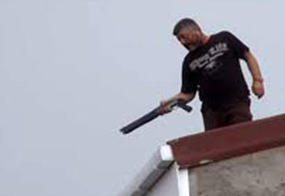 "В Стамбуле мужчина открыл стрельбу с крыши дома <span class=""color_red"">- ВИДЕО</span>"
