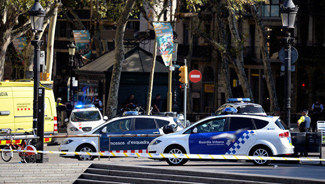 Автомобиль наехал напешеходов, есть заложники— Теракт вБарселоне