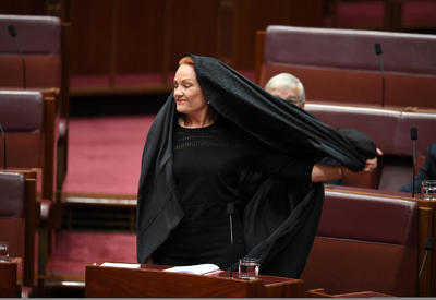 Лидер австралийской партии пришла на заседание сената в бурке