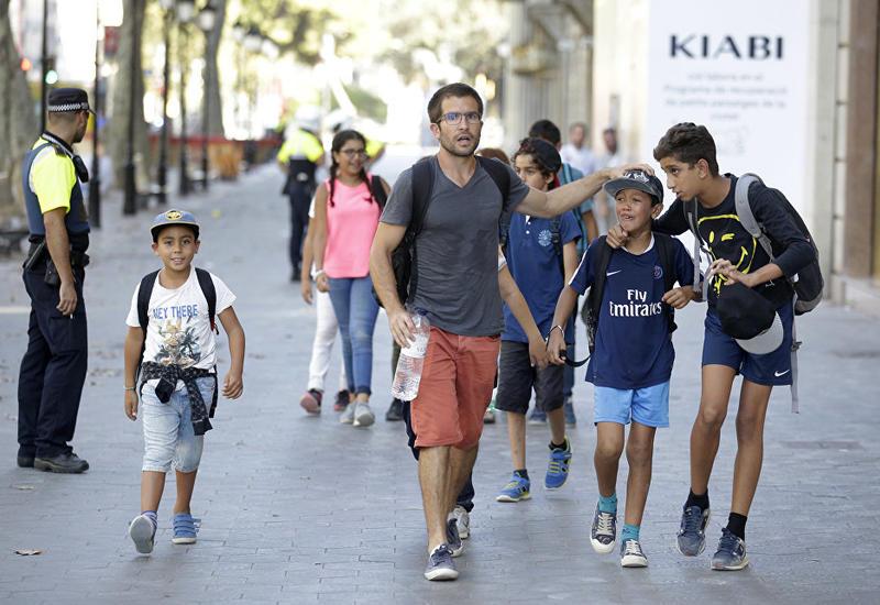 В центре Барселоны закрыли метро, таксисты возят людей бесплатно