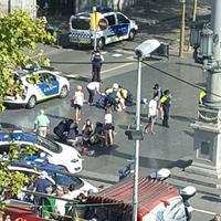 """В центре Барселоны автомобиль въехал в толпу: 14 погибших, пострадали 130 человек <span class=""""color_red"""">- ОБНОВЛЕНО - ВИДЕО - ФОТО </span>"""